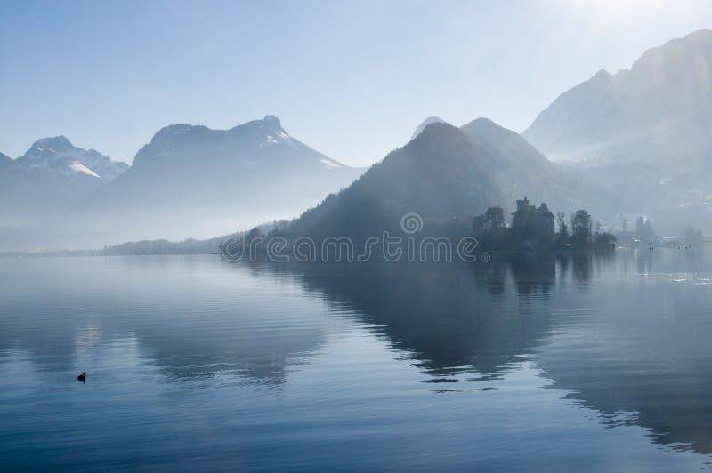 Annecy meer en bergen in Frankrijk royalty-vrije stock afbeeldingen