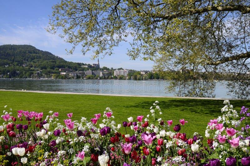 Annecy miasto z flowerbed i jezioro zdjęcia stock