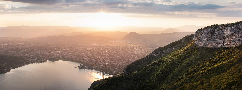 Annecy pendant le coucher du soleil au-dessus du lac photographie stock libre de droits