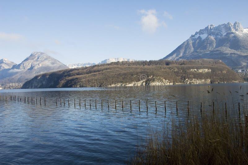 Annecy See und geschneite Berge lizenzfreie stockfotografie