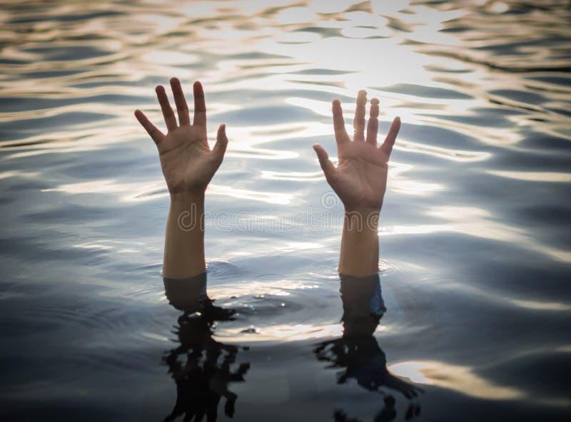 Annegando le vittime, mano di annegamento della donna che ha bisogno dell'aiuto immagini stock libere da diritti