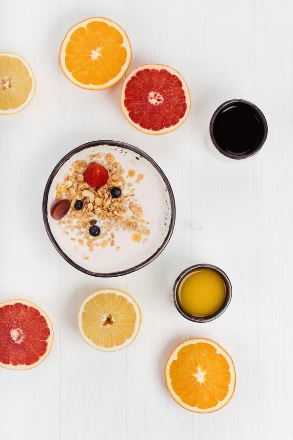 Annehmbares gesundes Frühstück gedient mit Orangen lizenzfreie stockbilder
