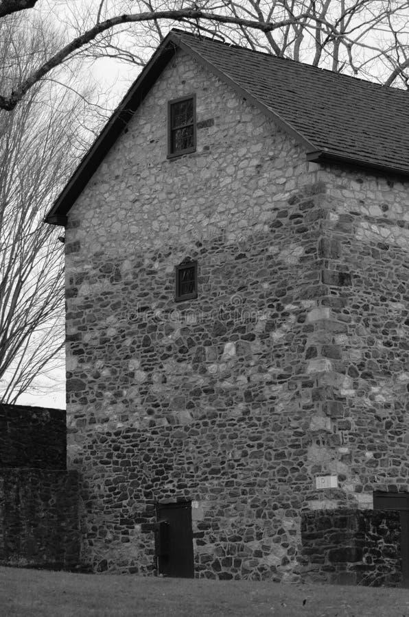 Annerisca una vista laterale bianca di grande granaio di pietra immagine stock
