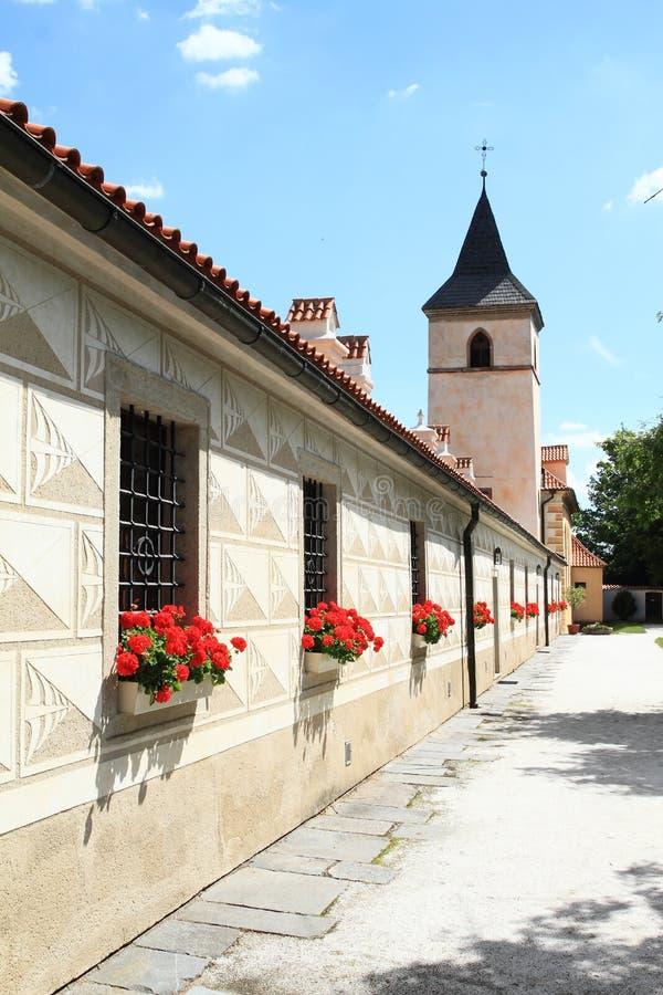 Annexes de la Renaissance avec l'église du ` s de Vierge Marie sur le palais Kratochvile image libre de droits