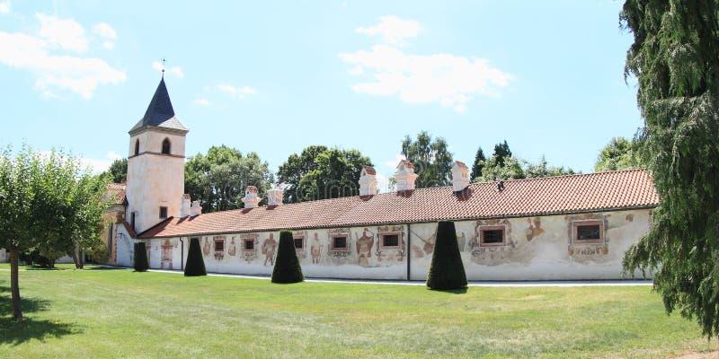 Annexes de la Renaissance avec l'église du ` s de Vierge Marie sur le palais Kratochvile photo stock