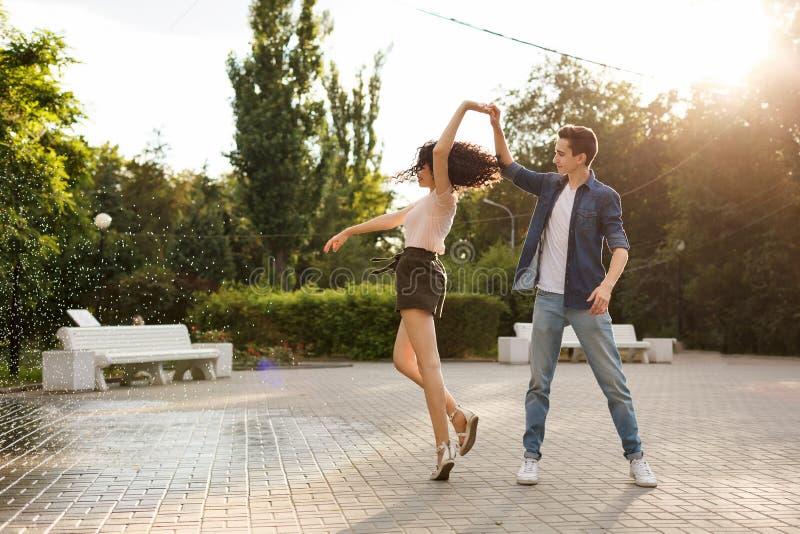 Anni dell'adolescenza che ballano nel parco immagini stock