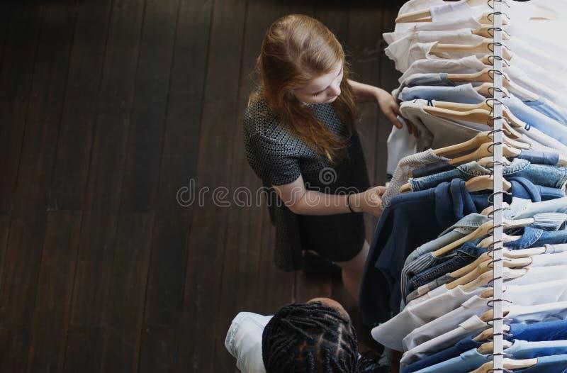 Anni dell'adolescenza che fanno concetto di compera dei vestiti fotografie stock
