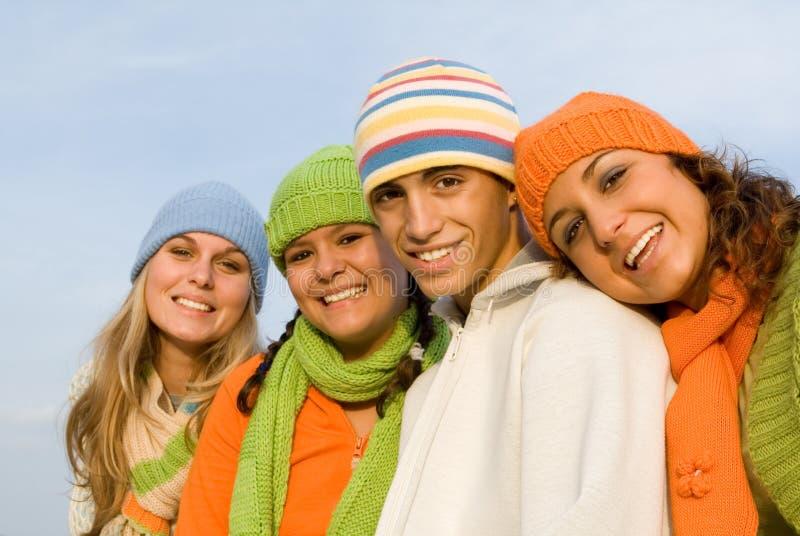 Anni dell'adolescenza sorridenti felici del gruppo fotografie stock libere da diritti