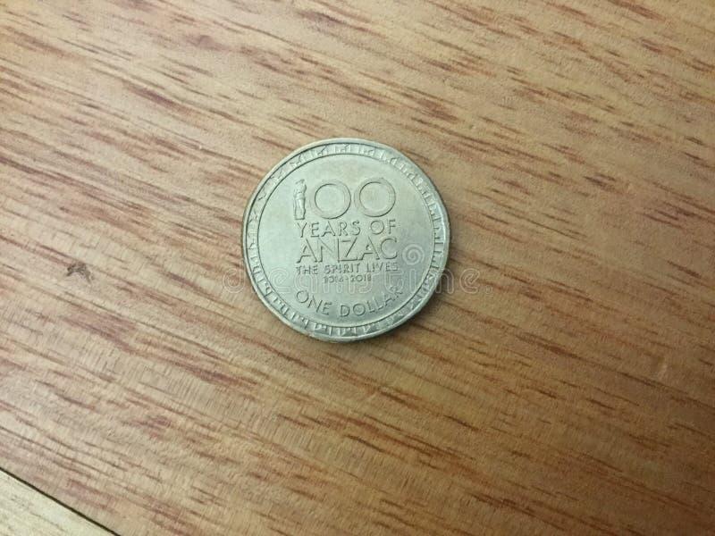 100 anni di moneta di Anzac $1 immagini stock