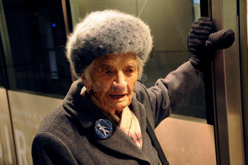 96 ANNI DI SIGNORA TAKES HER METRO TRAIN HERLSELF fotografia stock