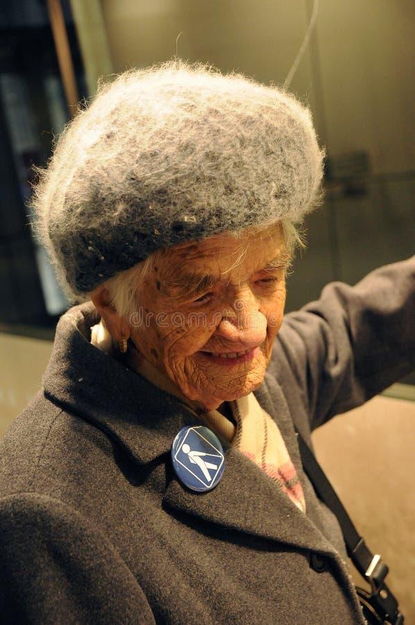 96 ANNI DI SIGNORA TAKES HER METRO TRAIN HERLSELF immagine stock libera da diritti