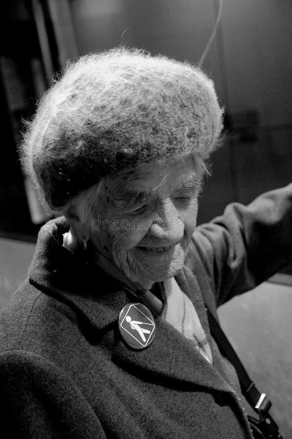 96 ANNI DI SIGNORA TAKES HER METRO TRAIN HERLSELF fotografie stock