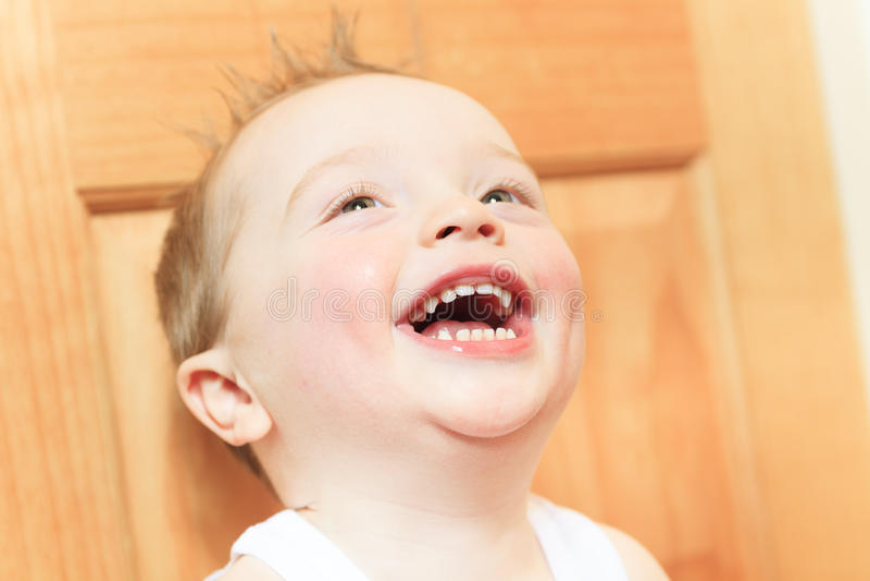 2 anni felici del neonato Il bambino sta sorridendo fotografia stock