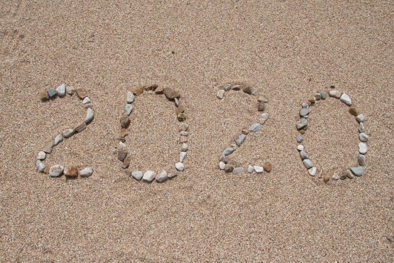 2020 anni scritti sulla sabbia della spiaggia fotografia stock