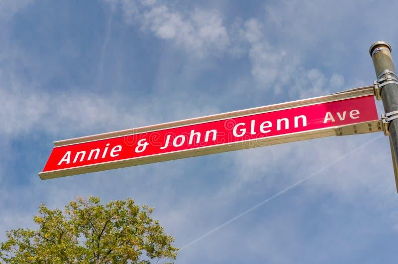 Annie och John Glenn Avenue Sign på den Ohio delstatsuniversitetet royaltyfri fotografi