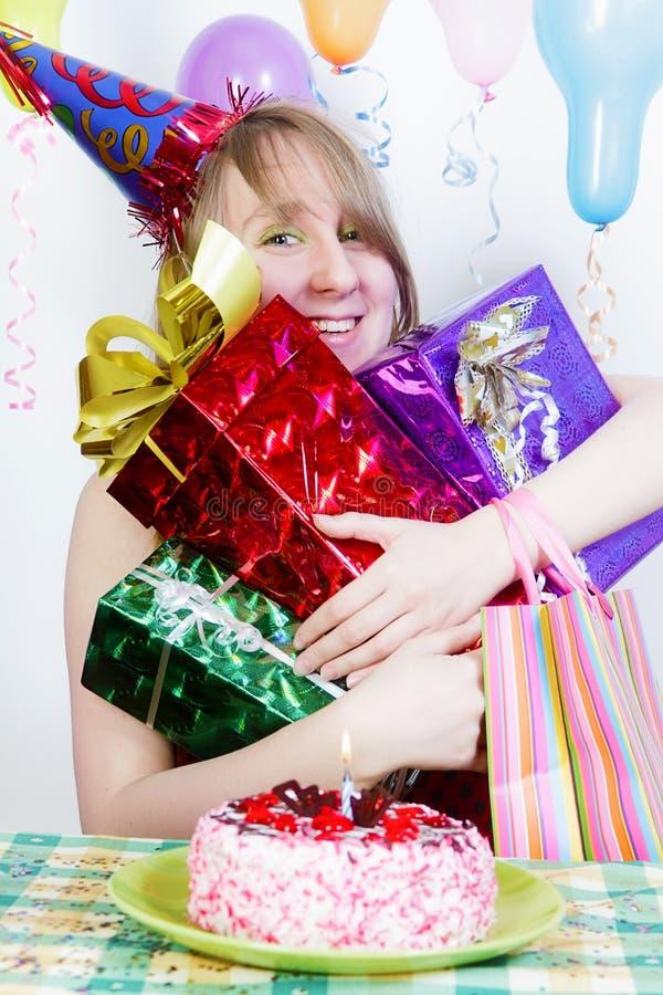 Anniversaire. Fille heureuse avec des cadeaux photos libres de droits