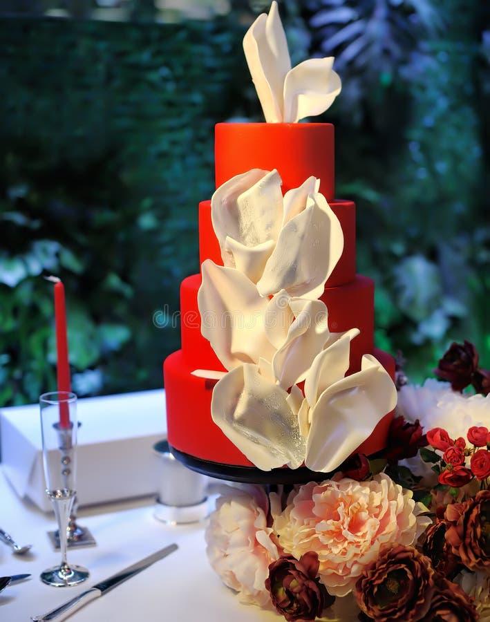 Anniversaire traditionnel/?pouser le g?teau multicouche Beau dessert doux rouge d?licieux d?cor? des fleurs blanches photo libre de droits