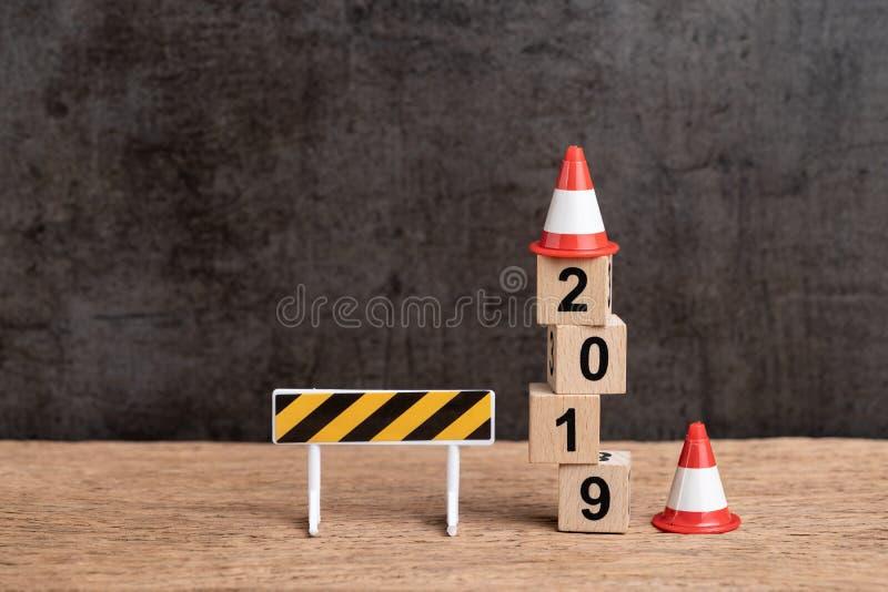 Anno un concetto cambiante di 2019 nuovi anni, segno in costruzione e fotografia stock libera da diritti