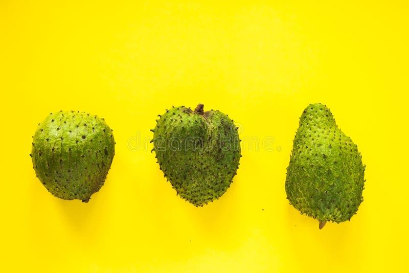 Annona muricata su fondo giallo isolato fotografia stock libera da diritti