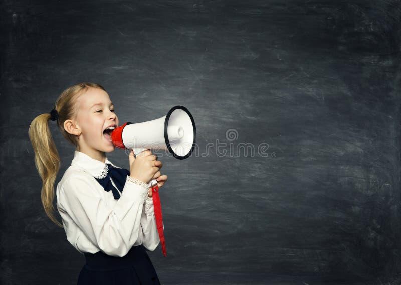 Annonce de mégaphone de fille d'enfant, l'enfant d'école annoncent, tableau noir photographie stock