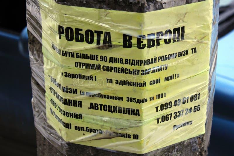 Annonce de rue pour les travailleurs migrants dans Chernivtsi, Ukraine image stock