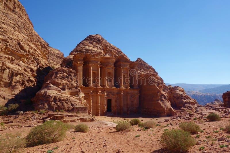 Annonce Deir dans la ville antique de PETRA, Jordanie PETRA a mené à sa désignation comme site de patrimoine mondial de l'UNESCO  image stock