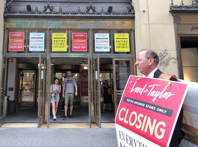 Annonce fermante d'affiches de magasin de seigneur et de Taylor NYC de New York photographie stock