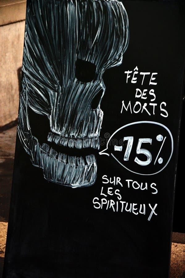 Annoncement di vendita di Halloween con il cranio immagini stock