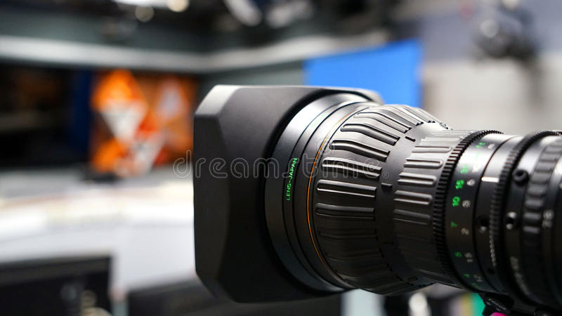 Annoncez le dos de caméscope de caméra vidéo dans l'émission de TV de studio image stock