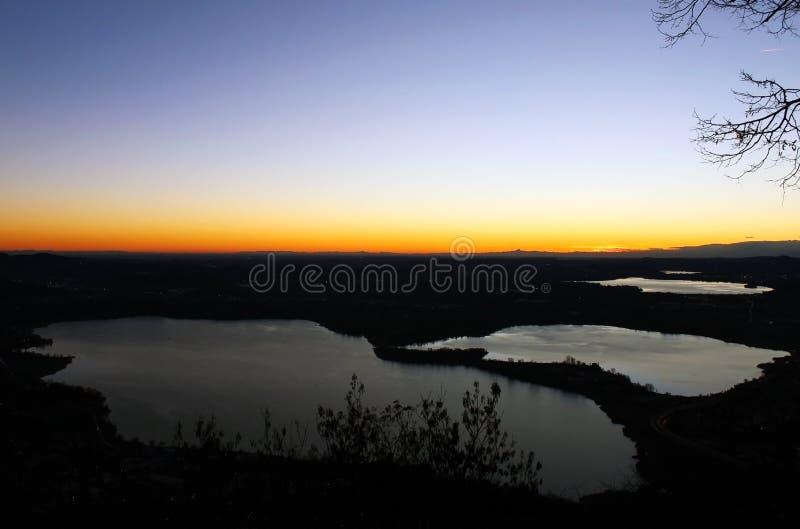 Annone sjö på solnedgången från monte Barro nordliga Lombardy under en klar himmelnatt arkivbilder