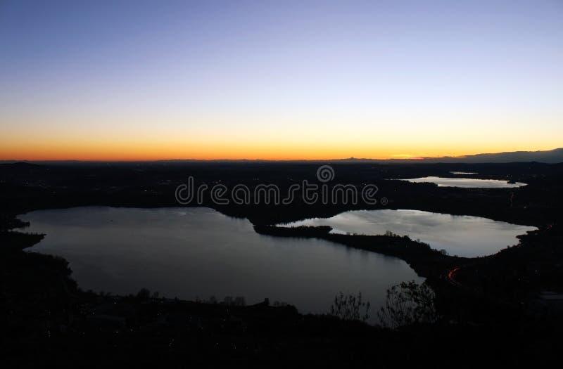 Annone sjö på solnedgången från monte Barro under en klar himmelhöstnatt fotografering för bildbyråer