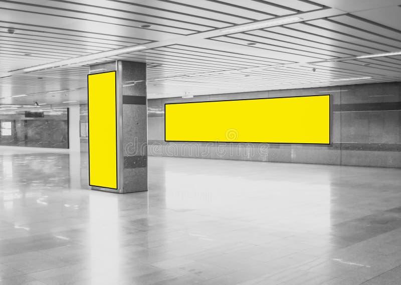 Annonsera den panorama- och vertikalt, gula ljusa asken för affischtavlamodell för att ställa ut i gångtunnelen, tomt utrymme för vektor illustrationer