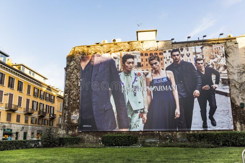Annonsera från Georgio Armani på en husvägg i Milan, Italien arkivbilder