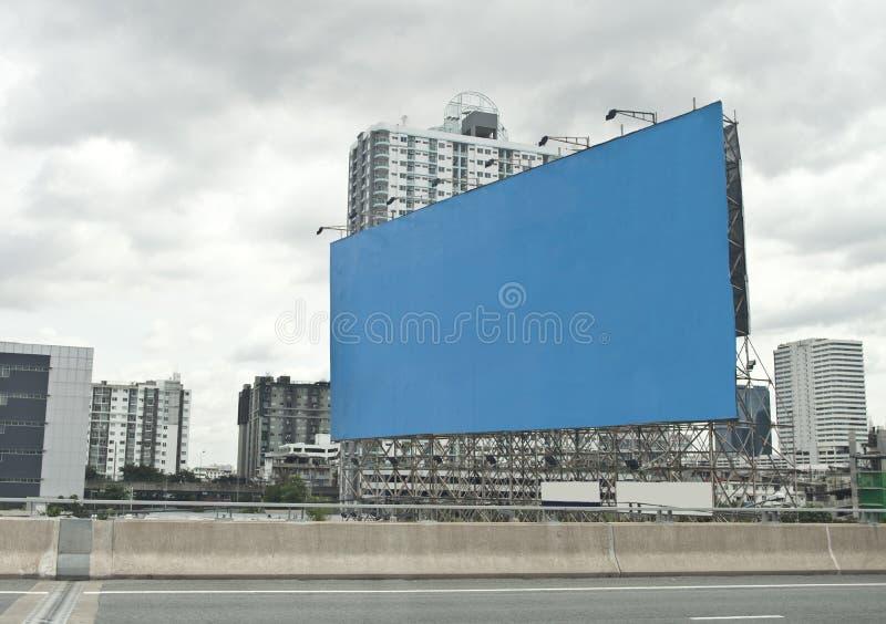 Annonsering av brädet i stad arkivbild
