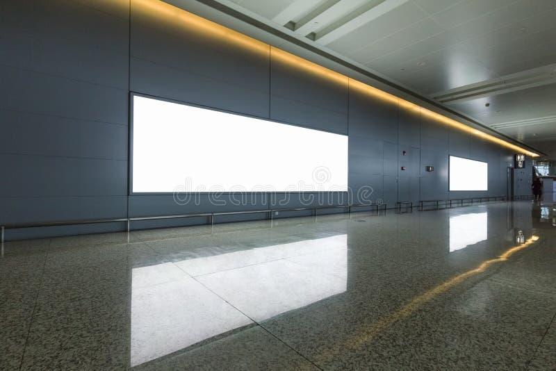 Annonsering av den ljusa asken på flygplatspassagen royaltyfri bild