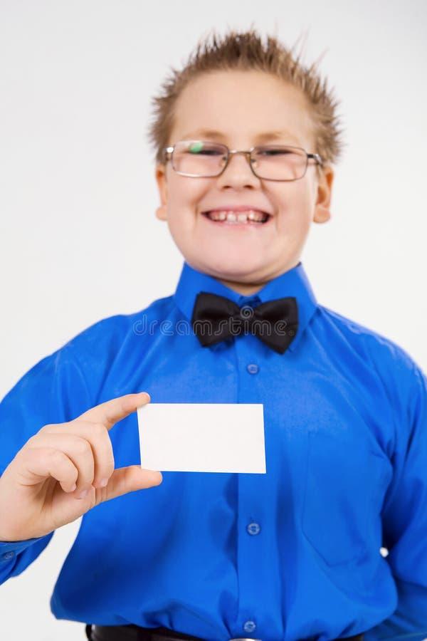 annonsering barn för holding för pojkekort av tomt royaltyfri fotografi