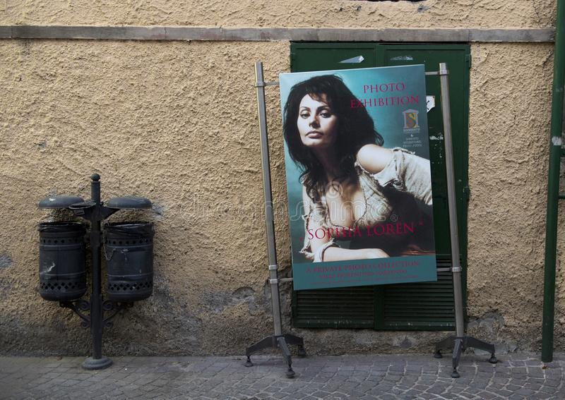 Annonsering för en privat fotoutställning som presenterar Sophia Loren i Sorrento, Italien royaltyfria foton