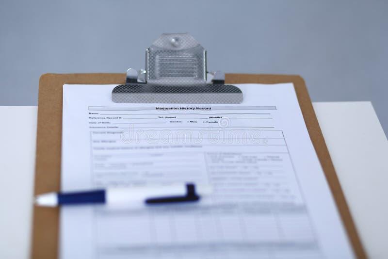 Annotazione di storia del farmaco e una penna alla lavagna per appunti Aiuto ed assicurazione medici nella sanità, nel migliore t fotografia stock libera da diritti