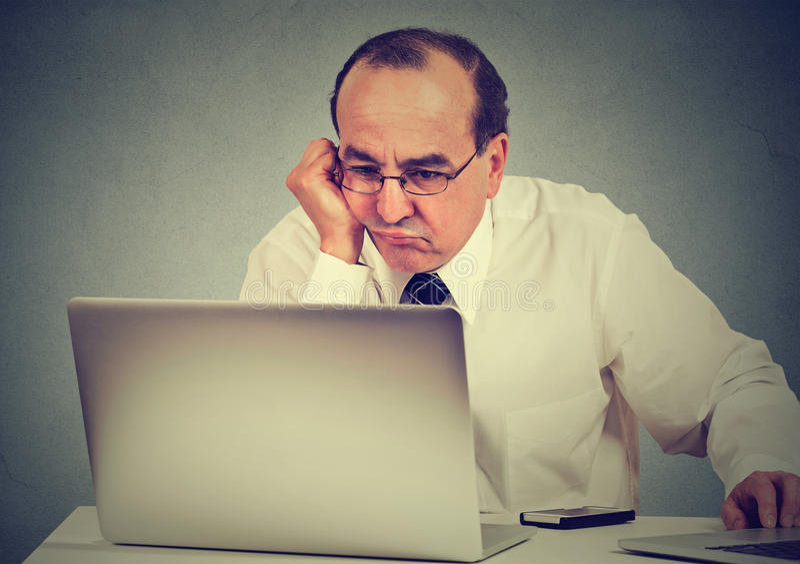 Annoyed a ennuyé l'homme apprenant comment utiliser l'ordinateur images stock