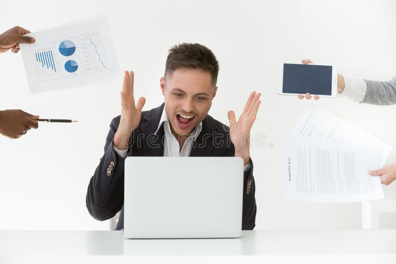 Annoyed oprimiu o sentimento gritando forçado, ódio do homem de negócios fotos de stock