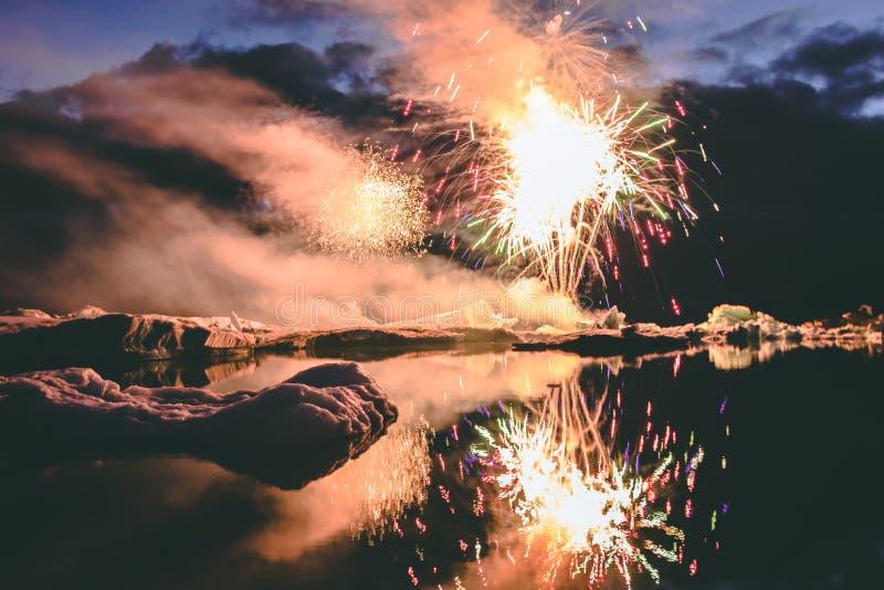 Annuale ogni manifestazione del fuoco d'artificio di anno nella laguna Islanda del ghiacciaio immagine stock