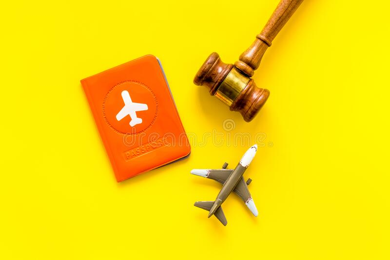 Annulation de vol Avion, passeport, juge gavel sur le bureau jaune en haut photographie stock libre de droits