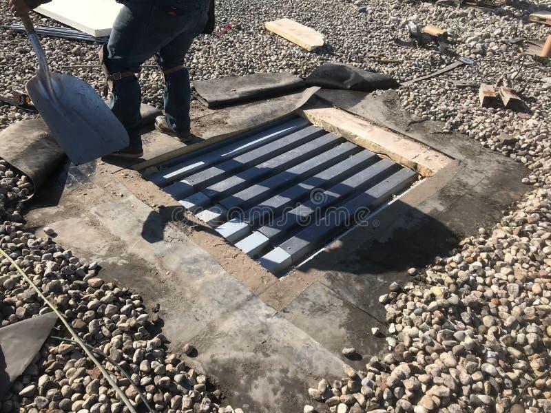 Annullierung einer Wechselstrom-Beschränkung; Dach-Reparaturen auf Handelsdach des SCHWARZEN EPDM; Flachdach lizenzfreie stockfotografie