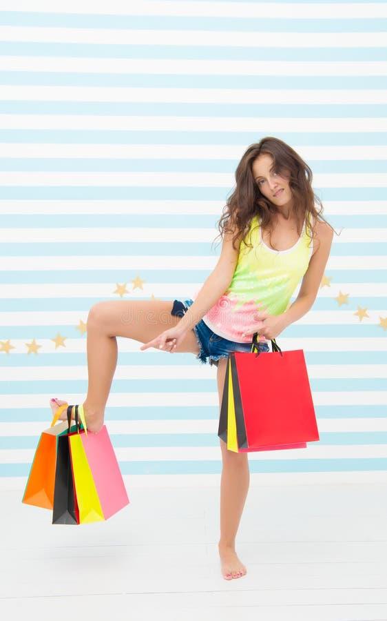 Annuncio di compera vendita divertente di acquisto di pubblicità della ragazza ragazza divertente che indica sui papaerbags annun fotografia stock