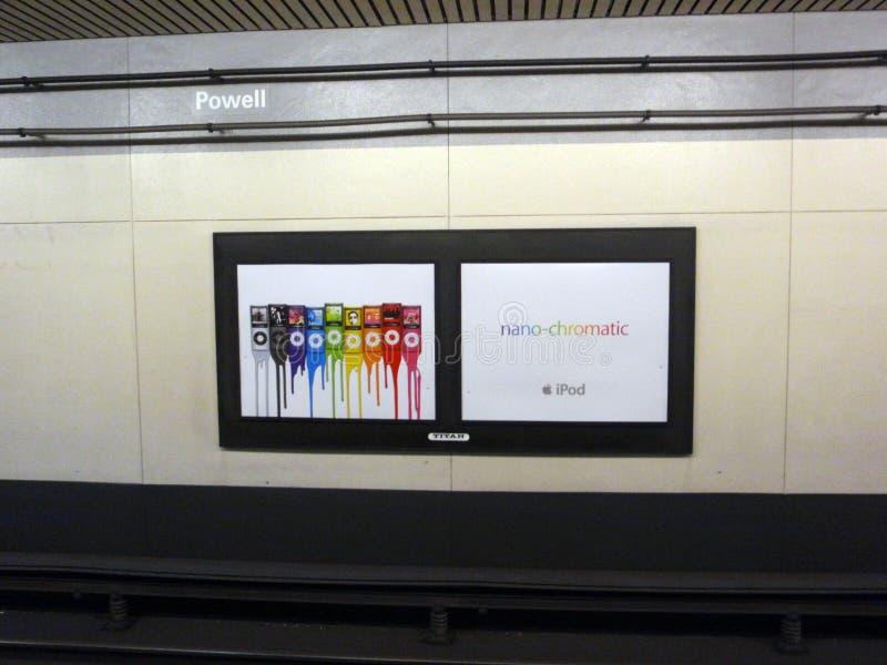 Annuncio nano-cromatico di iPod nano sulla parete in sottopassaggio della via di BART Powell fotografia stock
