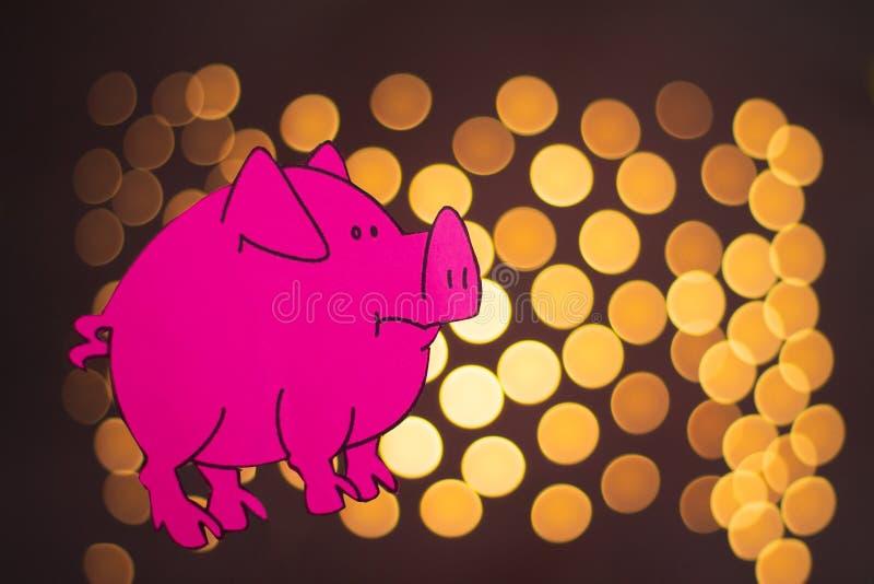 Ano chinês do sinal do zodíaco de porco, porco do corte do papel do rosa, ano novo feliz 2019 anos no fundo preto com bokeh bonit ilustração royalty free