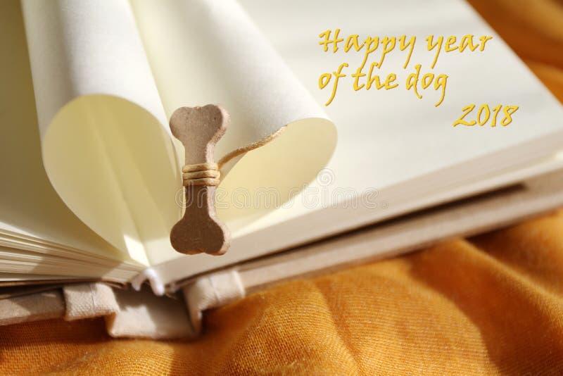 Ano de Dog's Ano feliz do cão 2018 Osso para o cão Ano novo feliz Ano novo chinês 2018 Copie o espaço para o texto fotos de stock royalty free