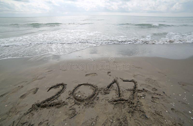Ano 2017 escrito na areia do mar que espera para ser b cancelado fotos de stock