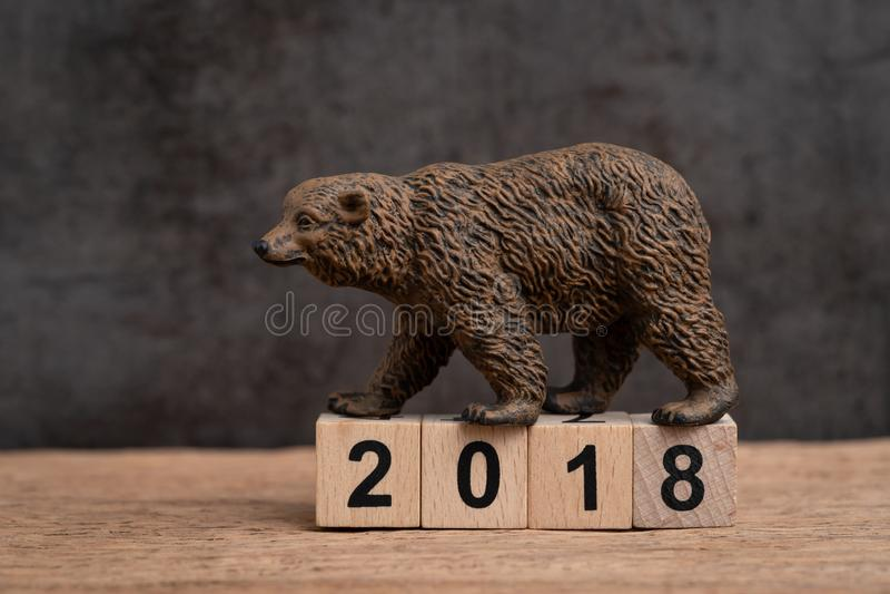 Ano 2018 financeiro ou conceito do mercado de urso do investimento com urso imagem de stock royalty free