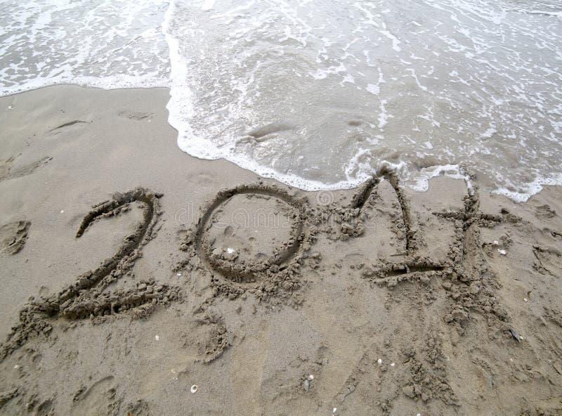 Ano 2017 na areia do mar que espera para ser cancelado pelo w fotografia de stock